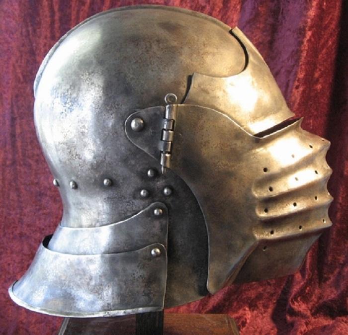 Шлем ведущий своё происхождение от бацинетов.